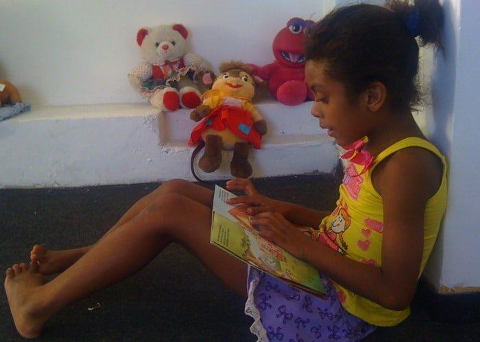 Jhulia leest bij Estrela da Favela