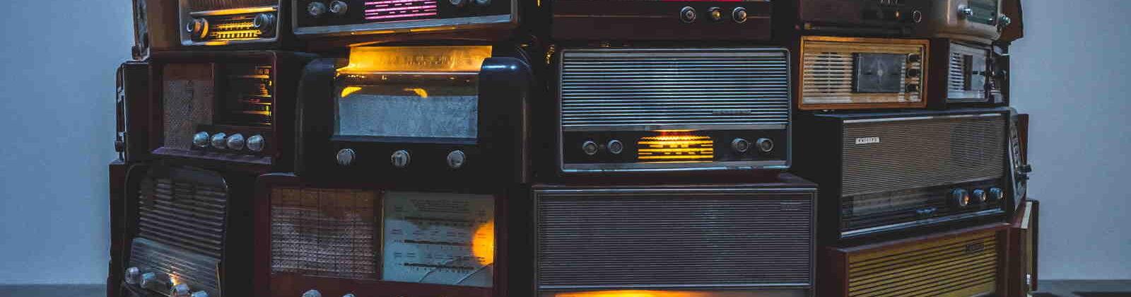 Medai: gestapelde radio's, meerdere zenders